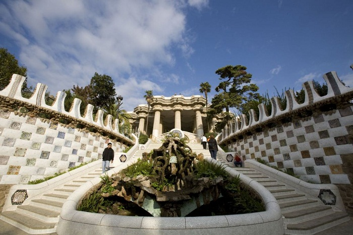 Необычной формы лестница ведет к залу «100 колонн» (Parc Guell).