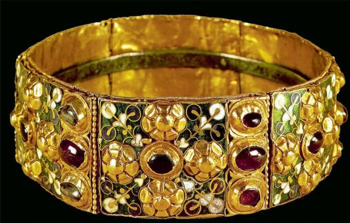 История уникальной Железной короны лангобардов: Почему золотую корону называют железной и почитают, как религиозную реликвию