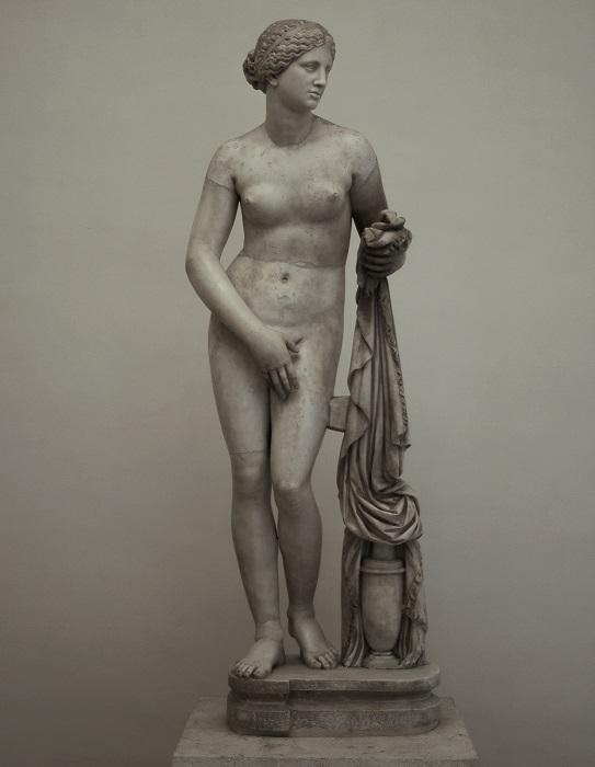 Из-за статуй купающейся Афродиты долгое время всех женщин в картинах на античные сюжеты рисовали полуголыми.